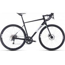 Велосипед CUBE Attain Race (2020) это шоссер с оборудованием предпрофессионального уровня. Данная модель линейки оснащена трансмиссией 2х10 группы Shimano Tiagra. При этом, велосипед остается все-таки ориентированным на любителей, инженеры CUBE расширили